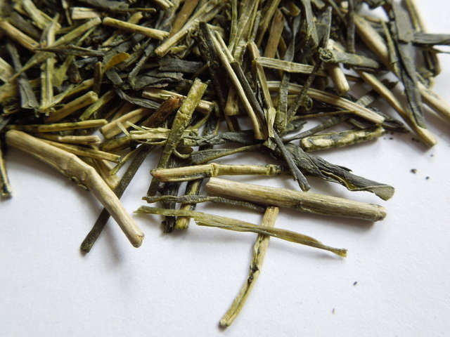 Loose-leaf kukicha, showing bright yellowish-green twigs