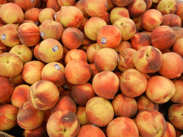 A large number of peaches