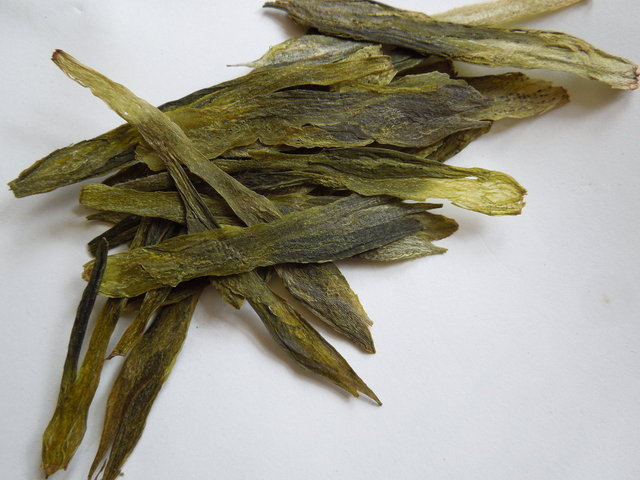 Loose-leaf green tea with very long, flat leaves